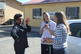 Claudine, Principal of the Vaatjie Primary School, talking with Tamarin & Tamalyn of The Tippy Toes Foundation.